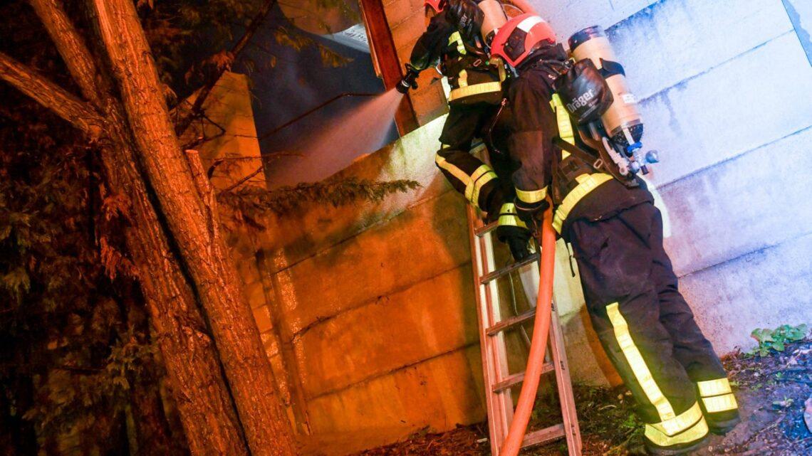 PHOTOS. 16 voitures brûlent dans un garage à Villevaudé, près d'une cuve de gaz de 1000 litres